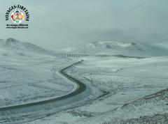 Vue depuis le train allant à Lhasa sur la neige tombée durant la nuit