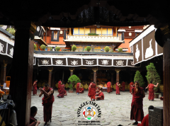 Heure de débat au Jokhang à Lhasa