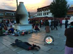 Le jour se couche, les Tibétains se rassemblent sur le Barkhor et entament une soirée de prosternations...