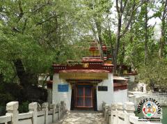 Le temple du Lukhang, à Lhasa, édifié par  le 6ème Dalaï Lama, exhaussant ainsi la promesse faite par le 5ème Dalaï Lama aux Nagas (Lu)